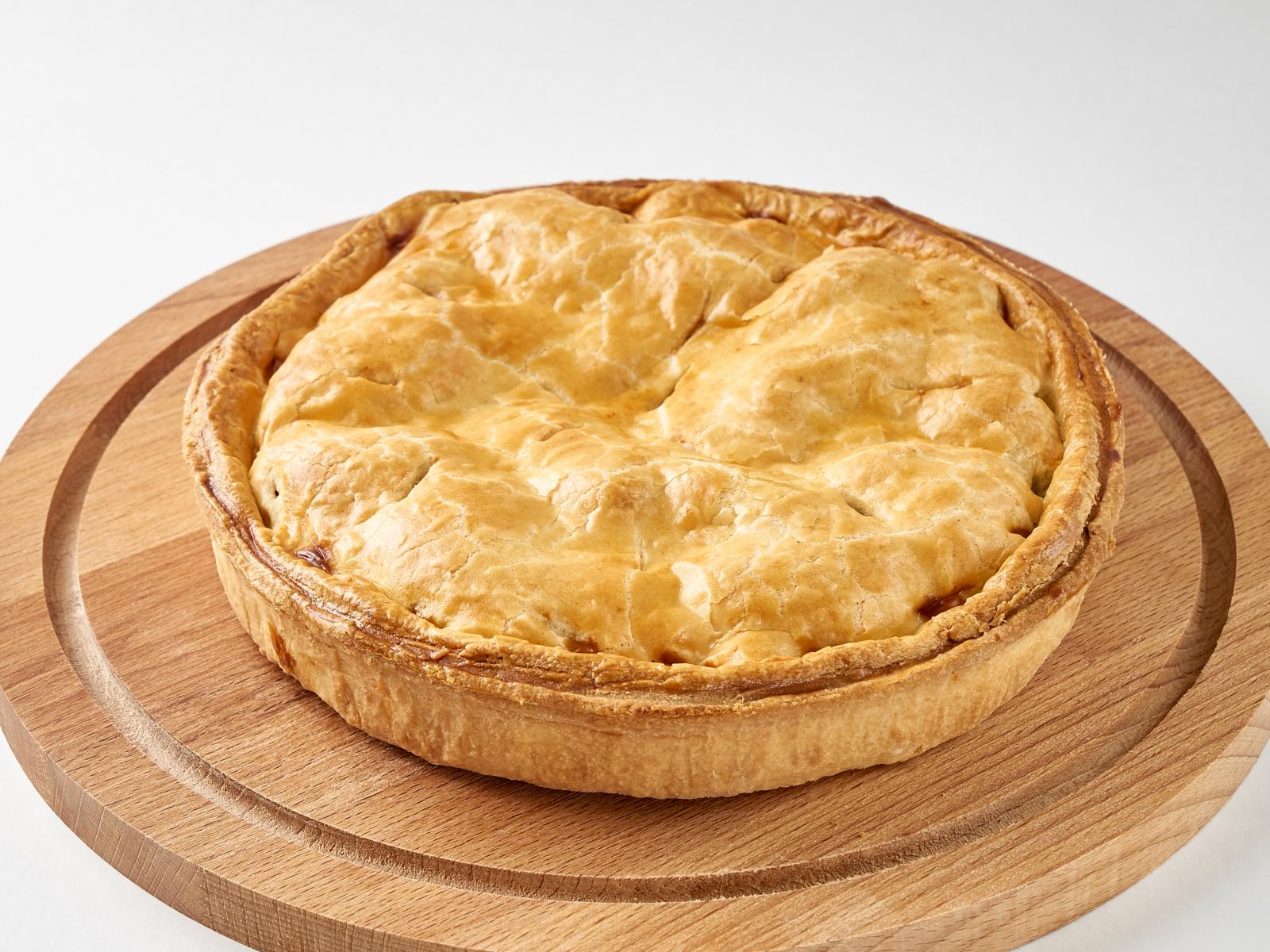 Пирог с черноплодной рябиной и яблоком целый