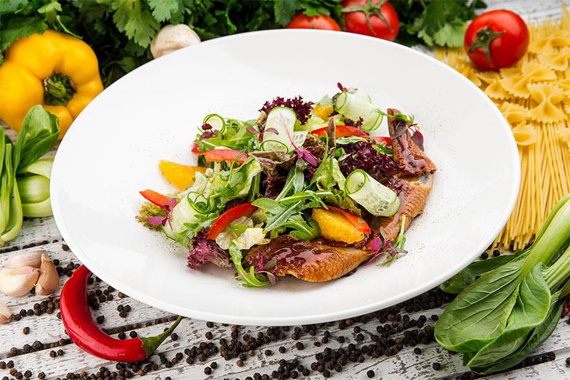 Салат с копченым угрем
