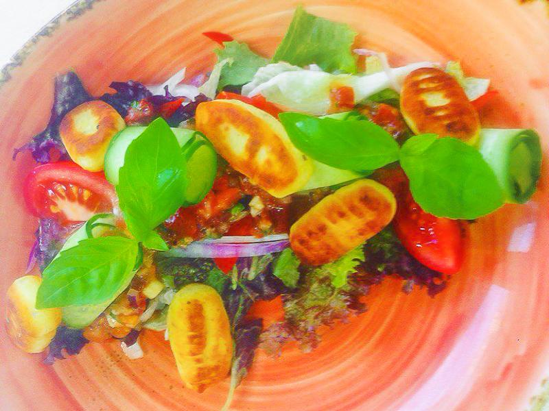 Салат из свежих овощей с картофельными ньюкками