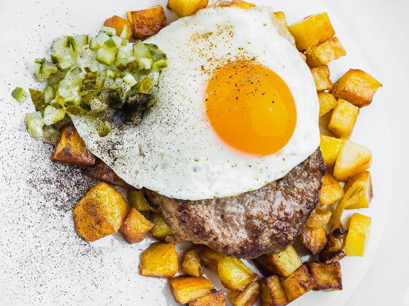 Бифштекс с запеченным картофелем