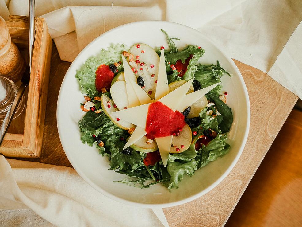 Салат с грушей и пармезаном