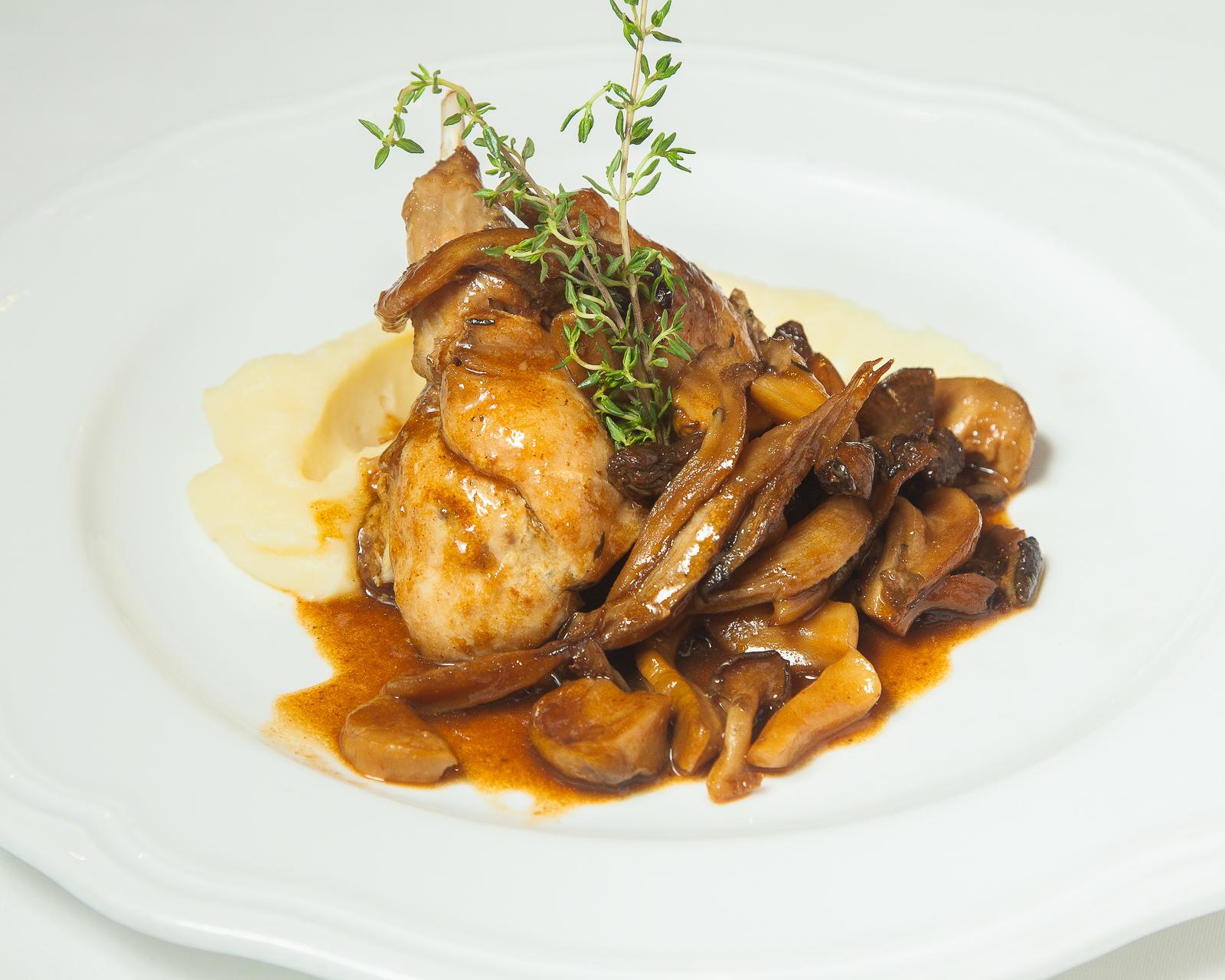 Ножка кролика с лесными грибами и картофельным пюре