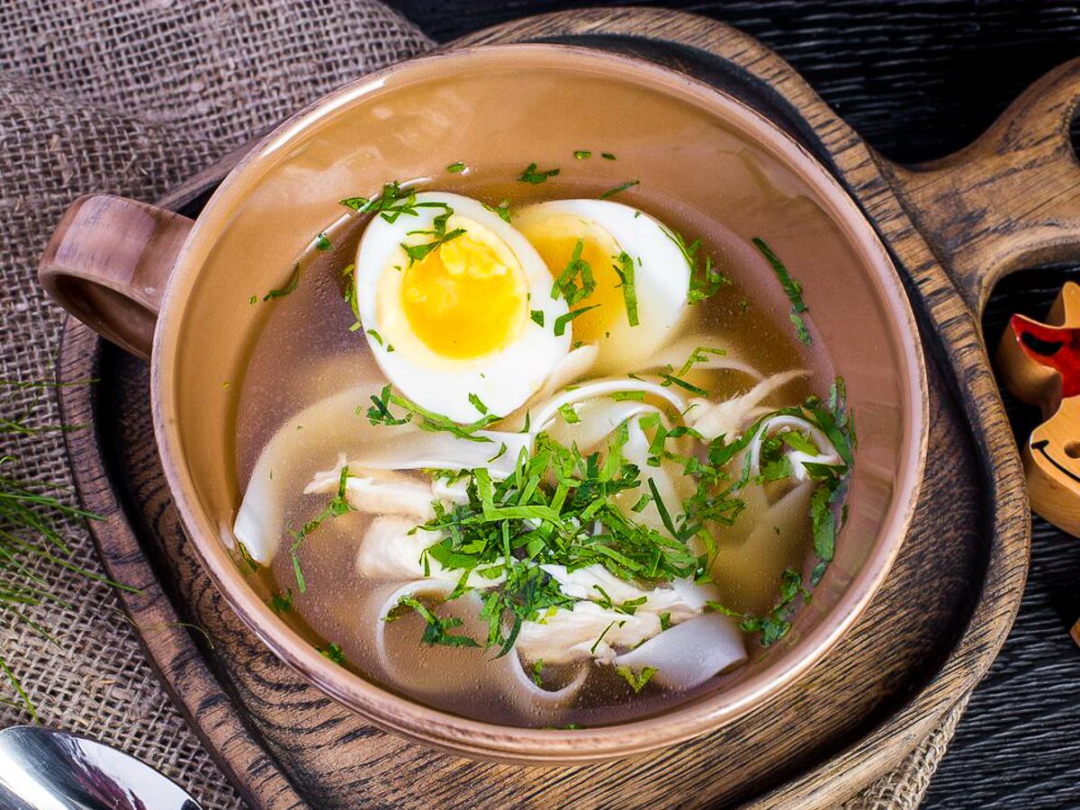 Куриный бульон с лапшой и яйцом