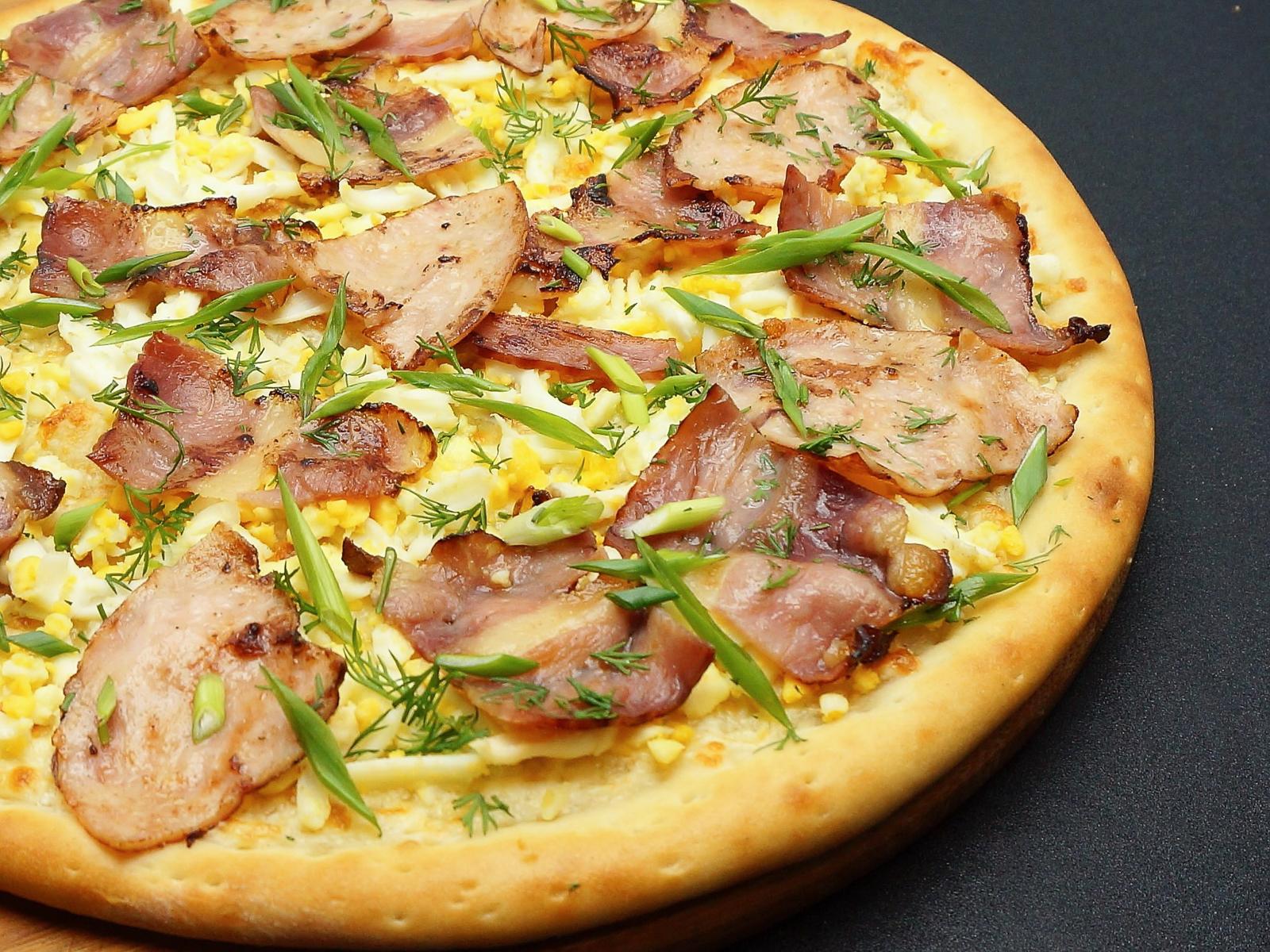Пицца с яйцом и зеленью