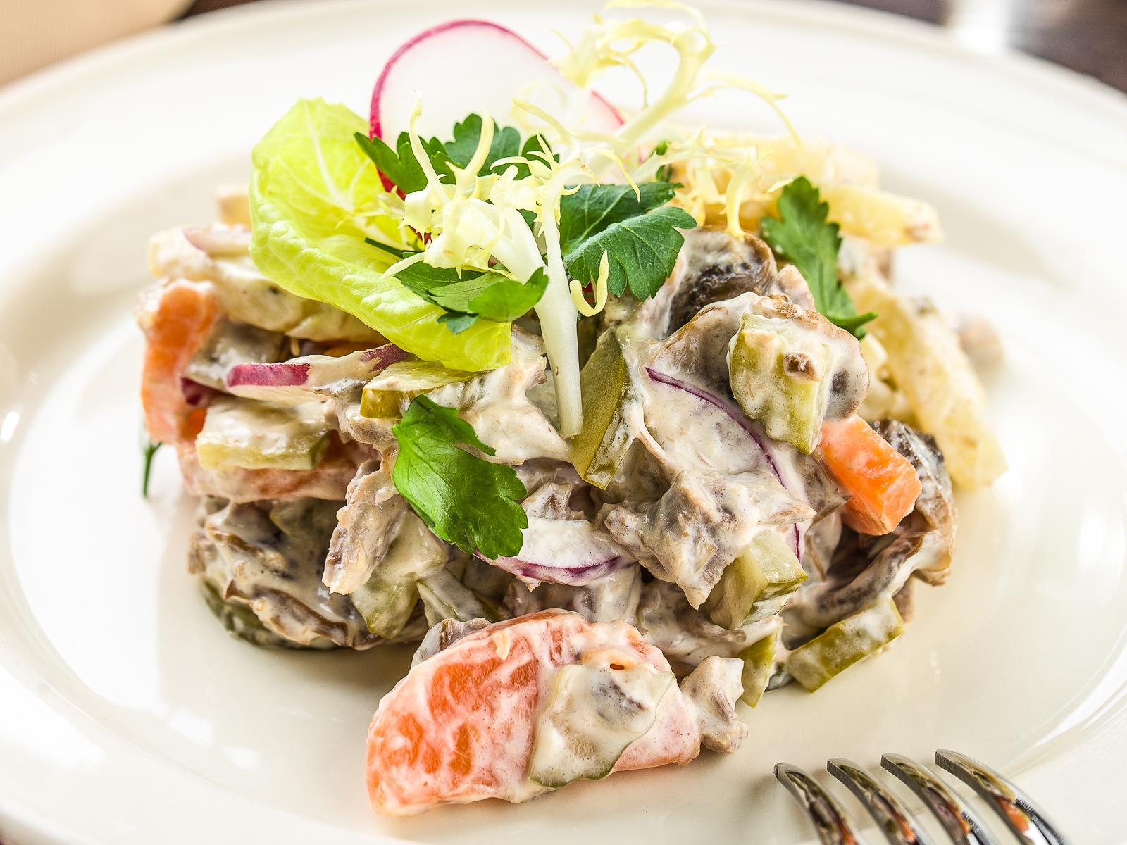 Мясной салат с грибами и горчицей