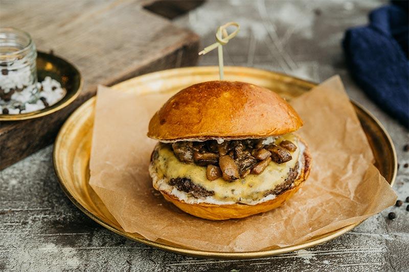 Бургер с белыми грибами и трюфельным соусом