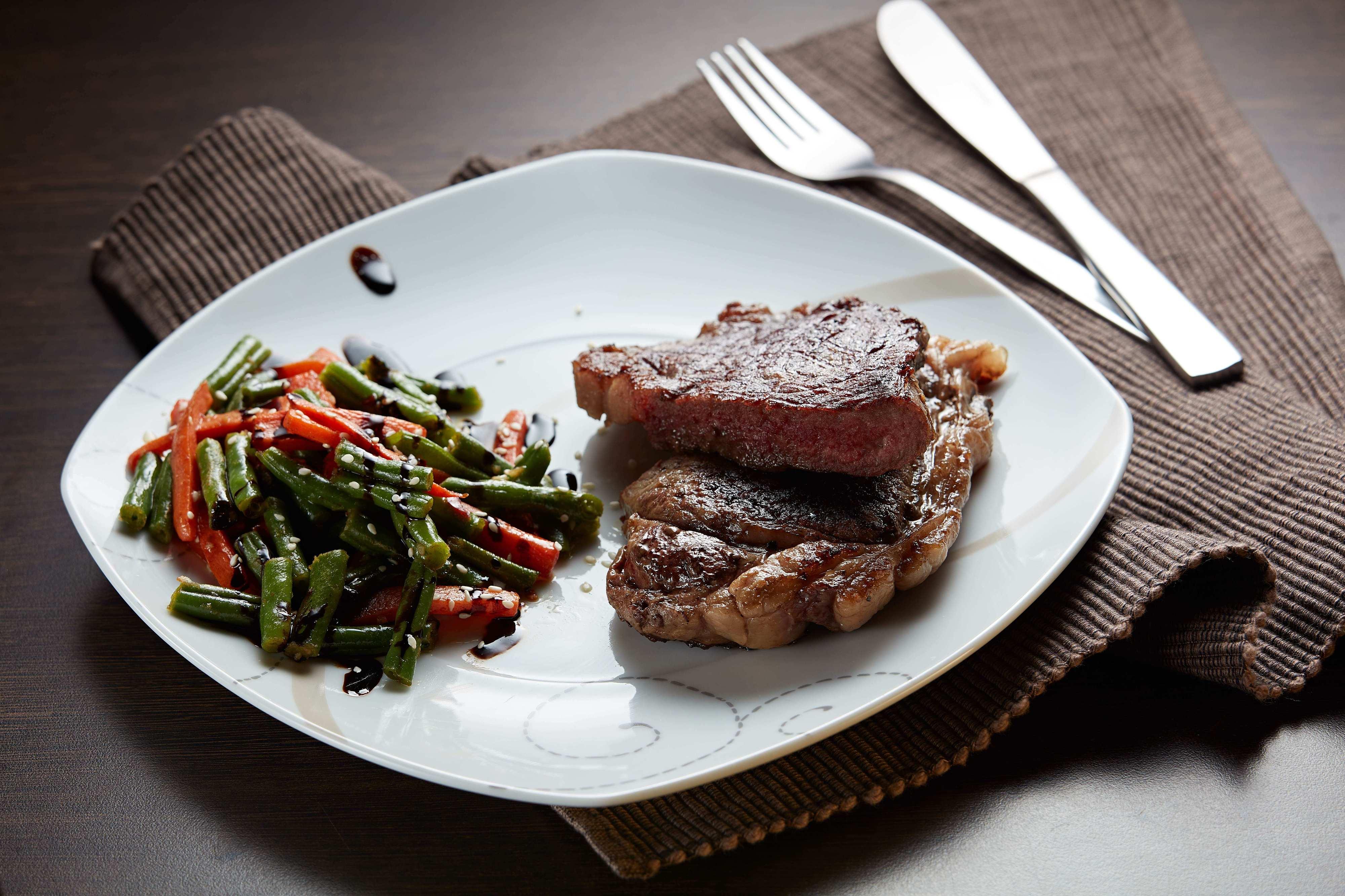 Стейк говяжий с припущенными овощами