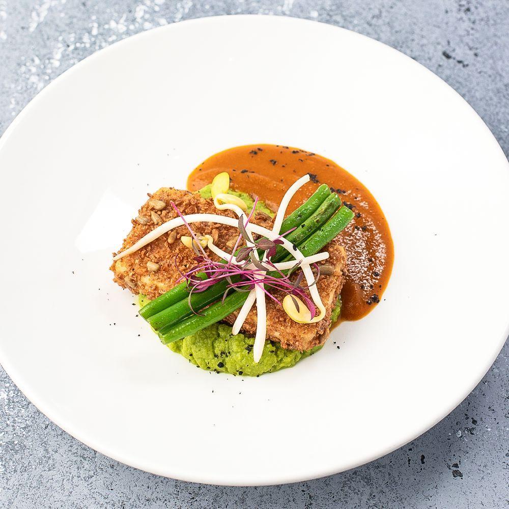 Стейк из маринованного тофу с пюре из брокколи и зеленого горошка с соусом Карри