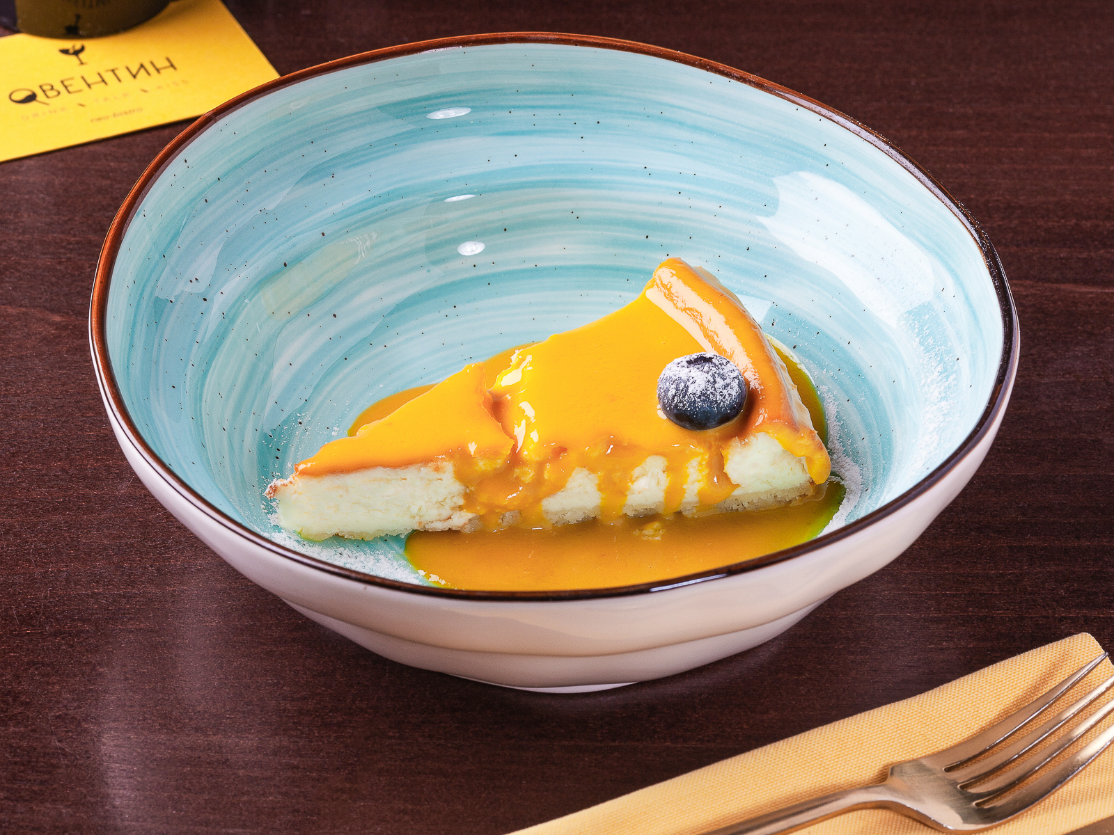 Чизкейк с соусом манго-маракуйя