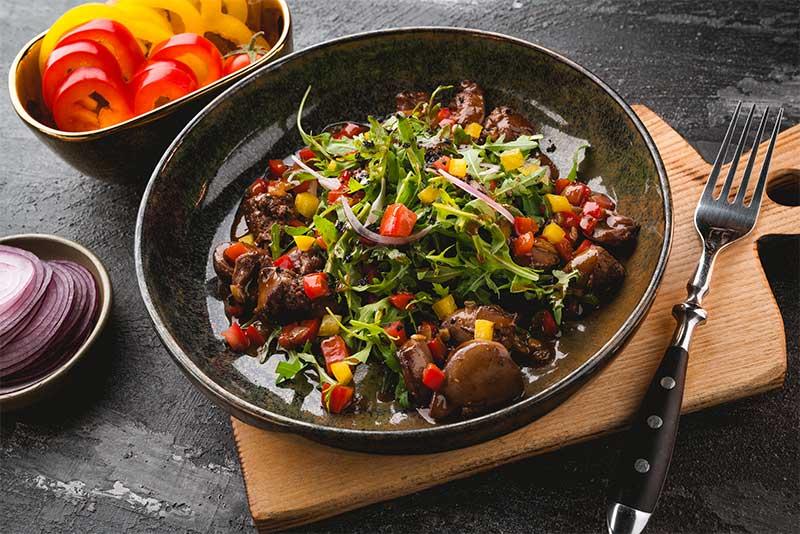 Теплый салат с куриными потрашками и печеным болгарским перцем