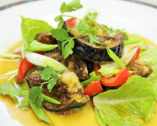Салат с помидорами и жареными баклажанами
