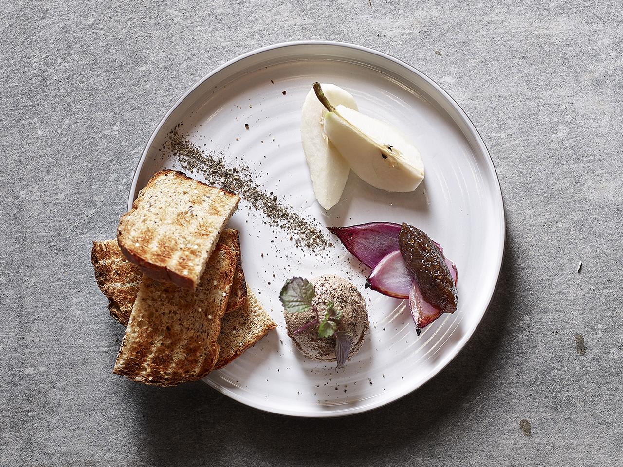 Паштет из утиной печени с грушей и тостами