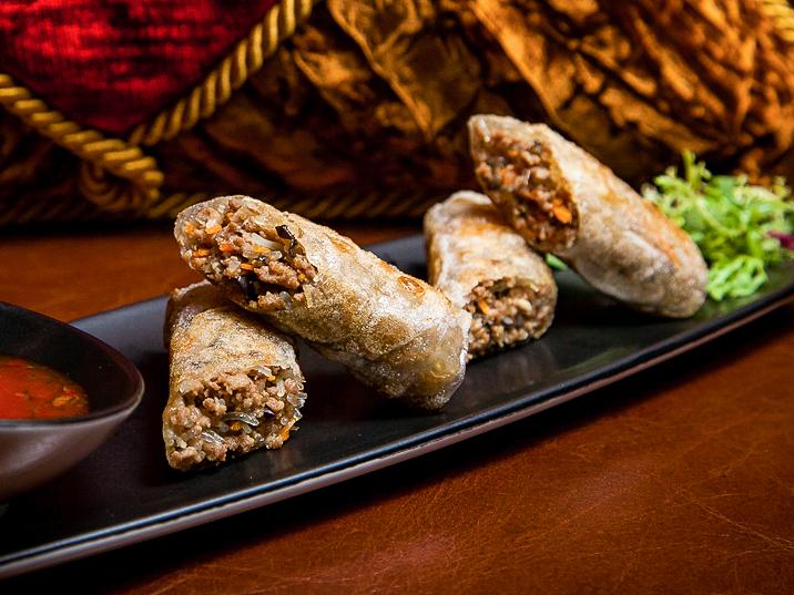 Спринг-ролл с бараниной и соусом из тайского базилика