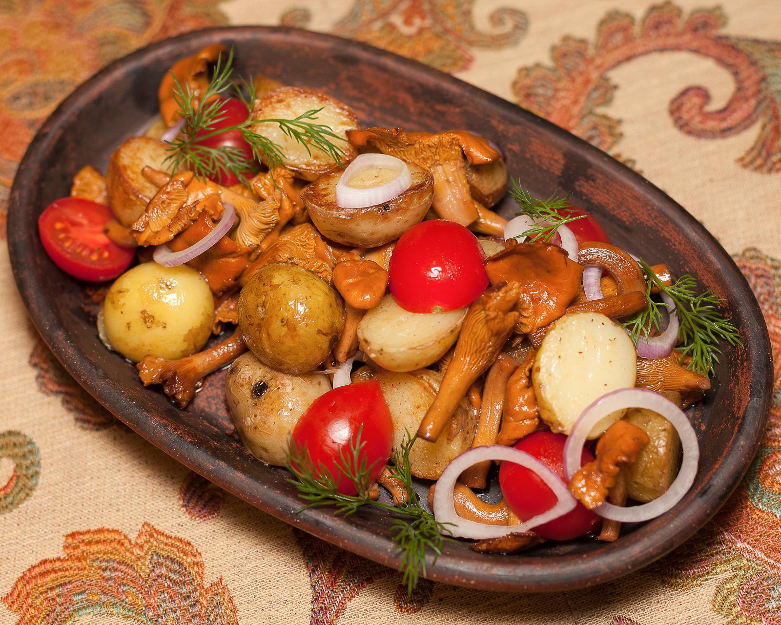 Лисички, жареные с картофелем и помидорами