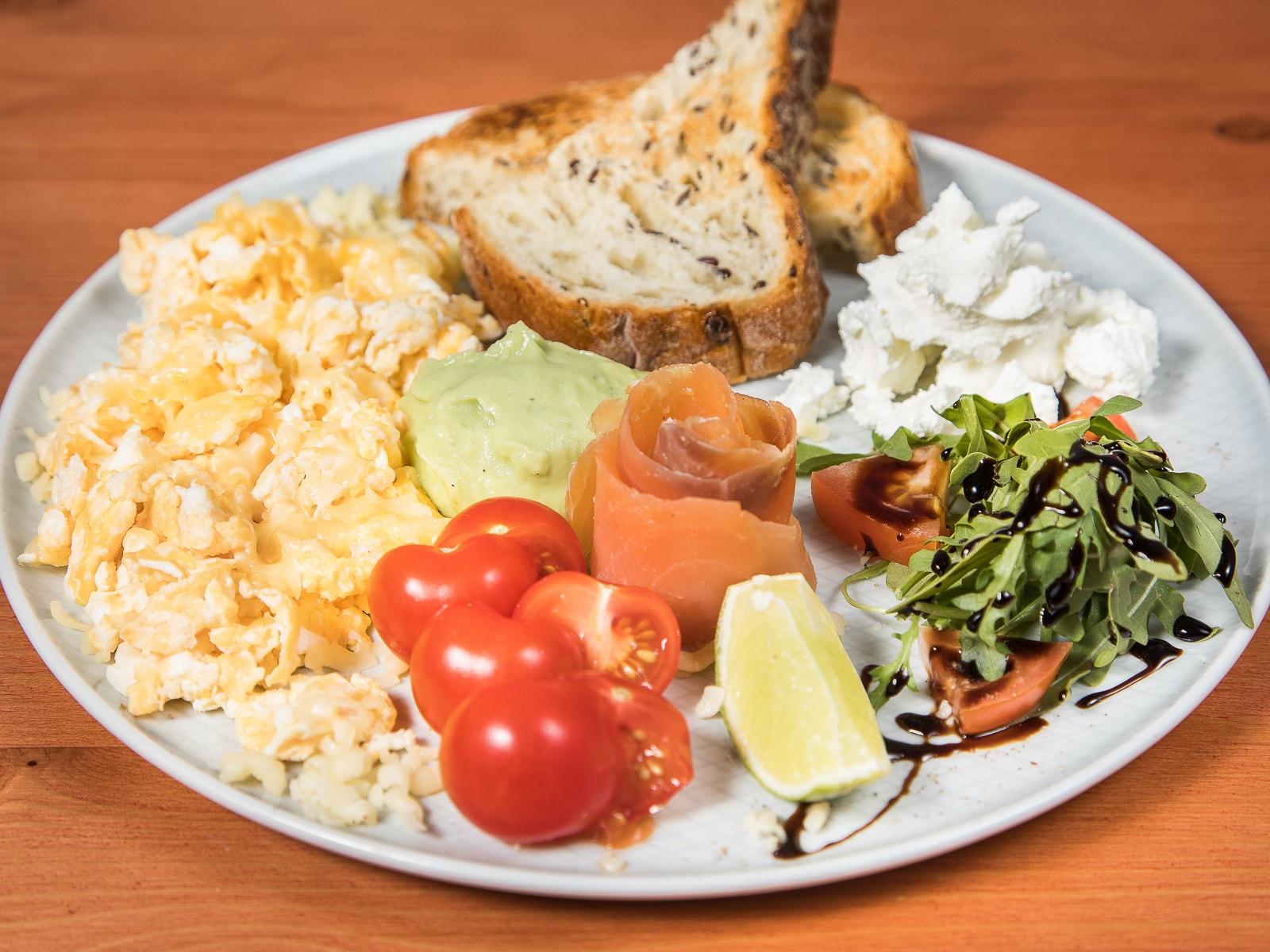Скрэмбл с томатами, лососем, фета и авокадо