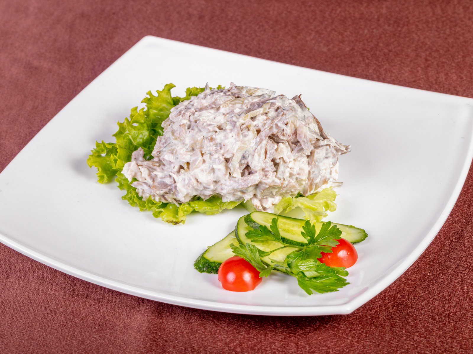 Салат из говяжьего языка с грибами и куриным филе