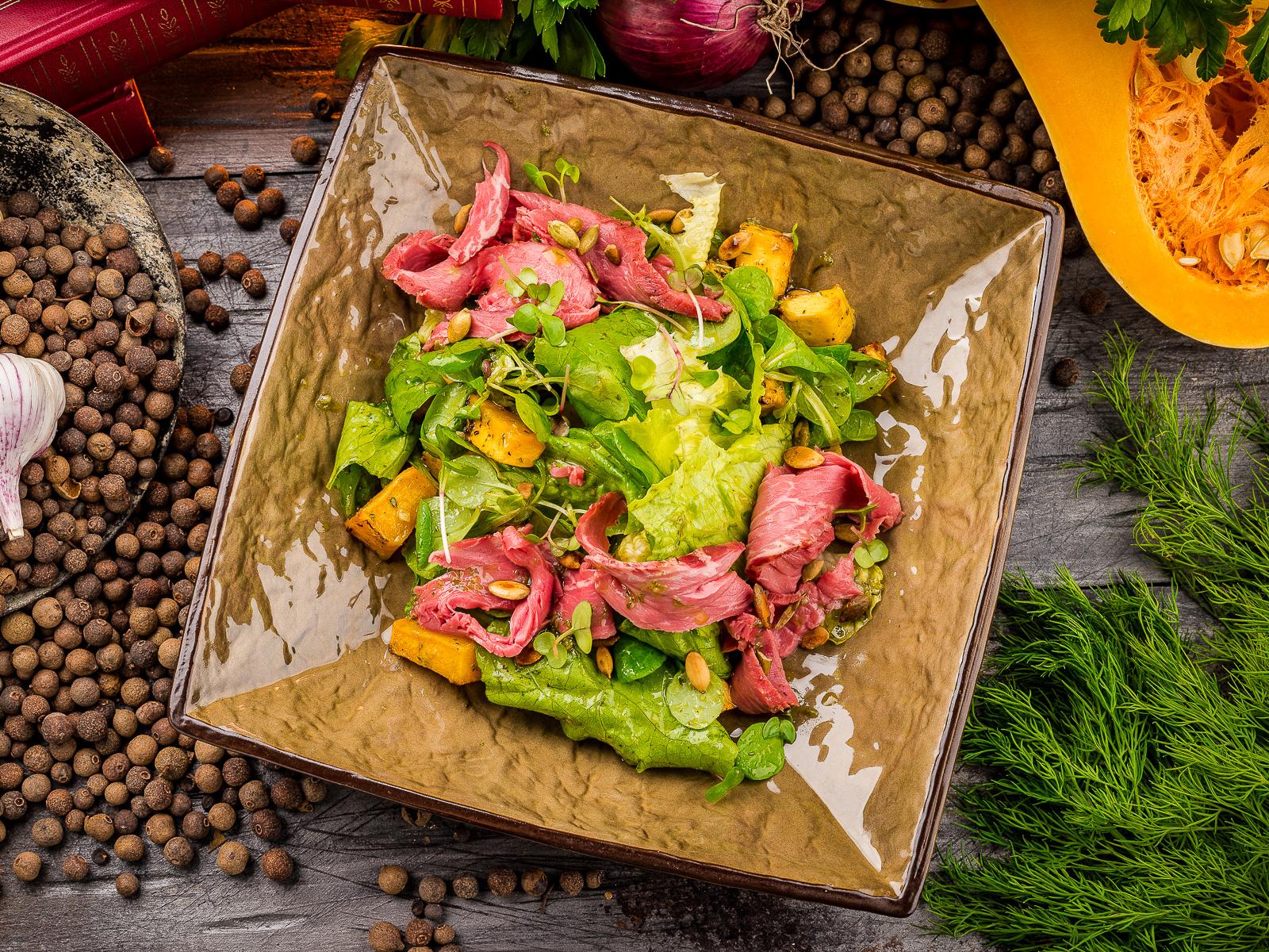 Салат с ростбифом и печеной тыквой