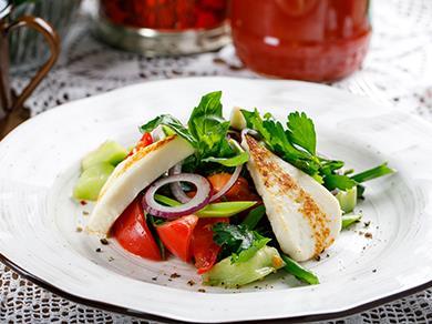 Салат грузинский с овощами и жареным адыгейским сыром