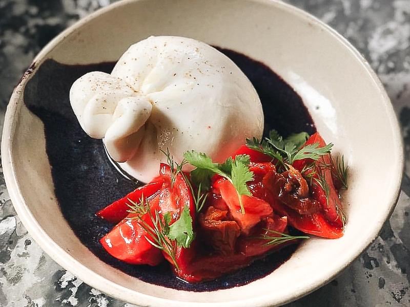 Буратта со спелыми вялеными томатами