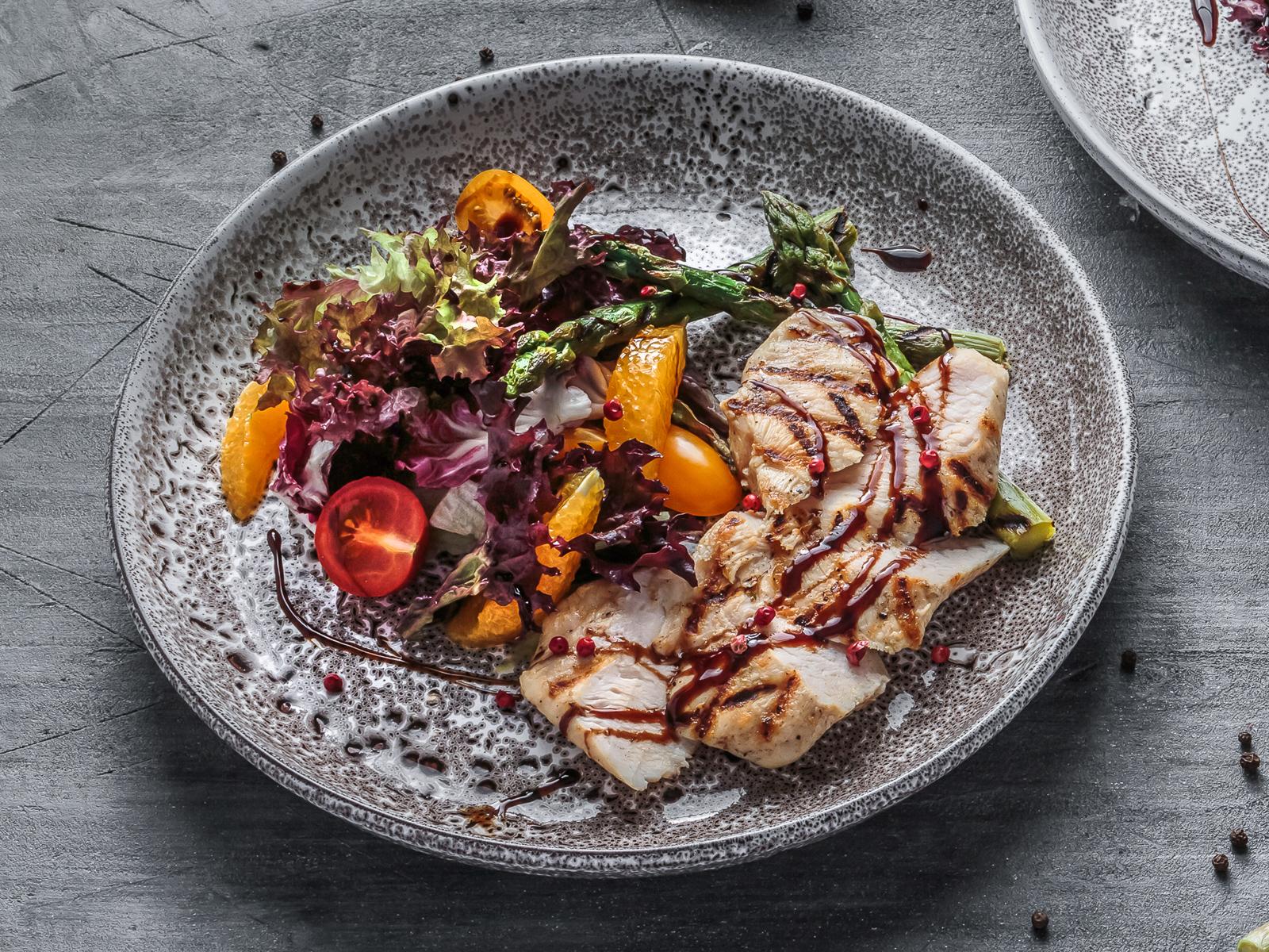 Салат с куриной грудкой и спаржей