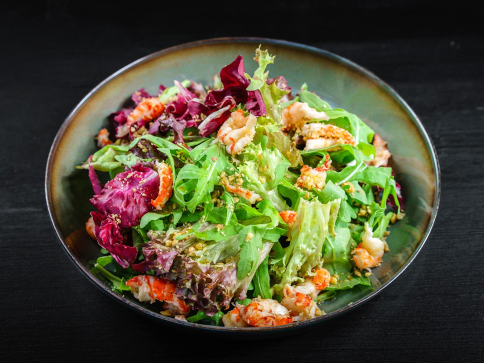 Салат с раковыми шейками и креветками