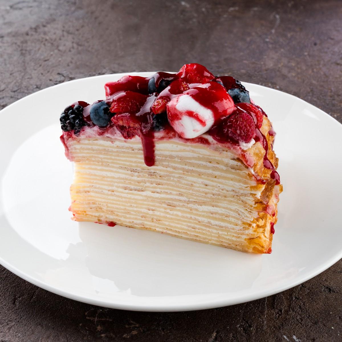 Торт блинный с ягодами