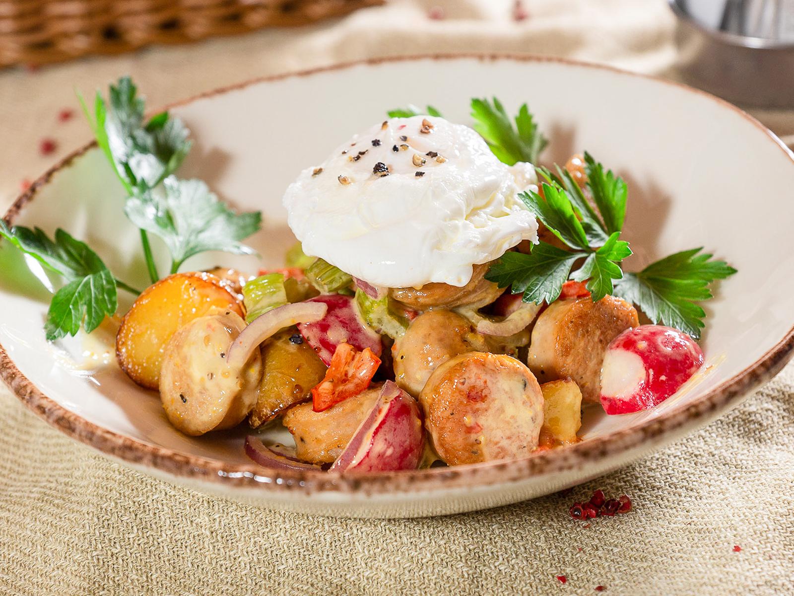 Теплый салат с колбасками и яйцом пашот