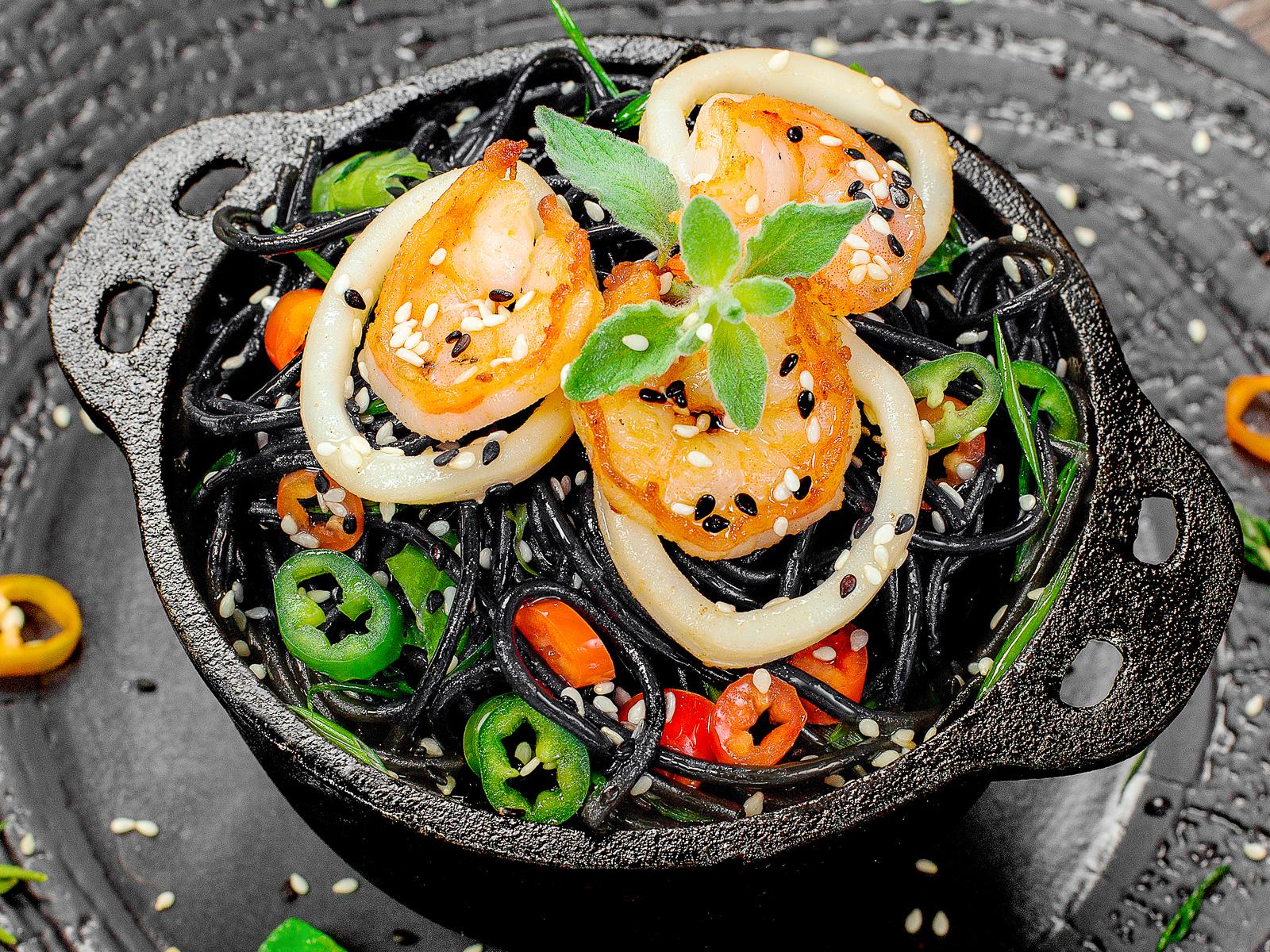 Лапша чёрная с кальмарами