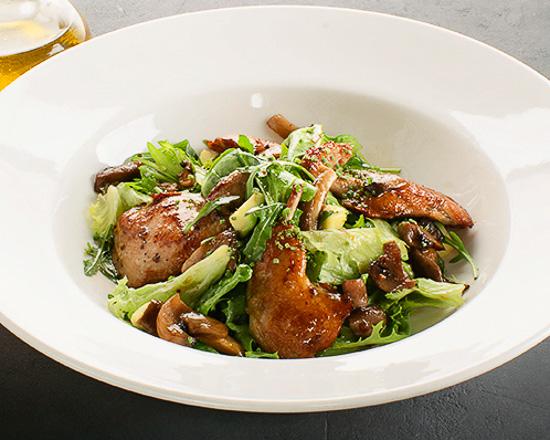 Салат с перепелкой, грибами и авокадо