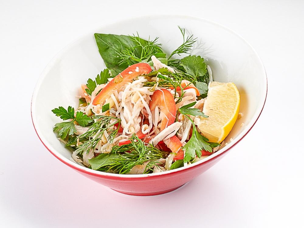 Салат с цыпленком, проростками и свежими овощами