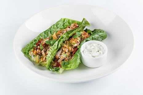Тапас из буженины на листьях салата с соусом