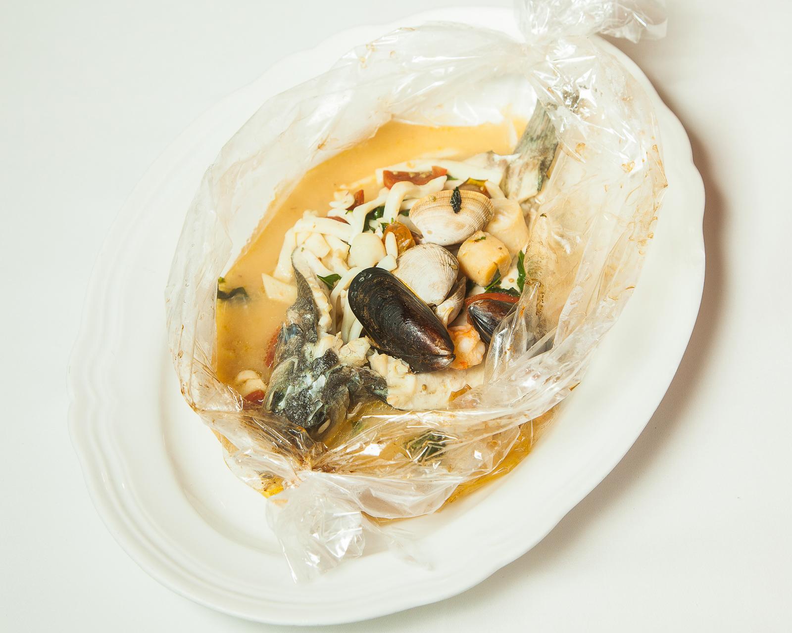 Дорадо или сибас, запечённые в рукаве