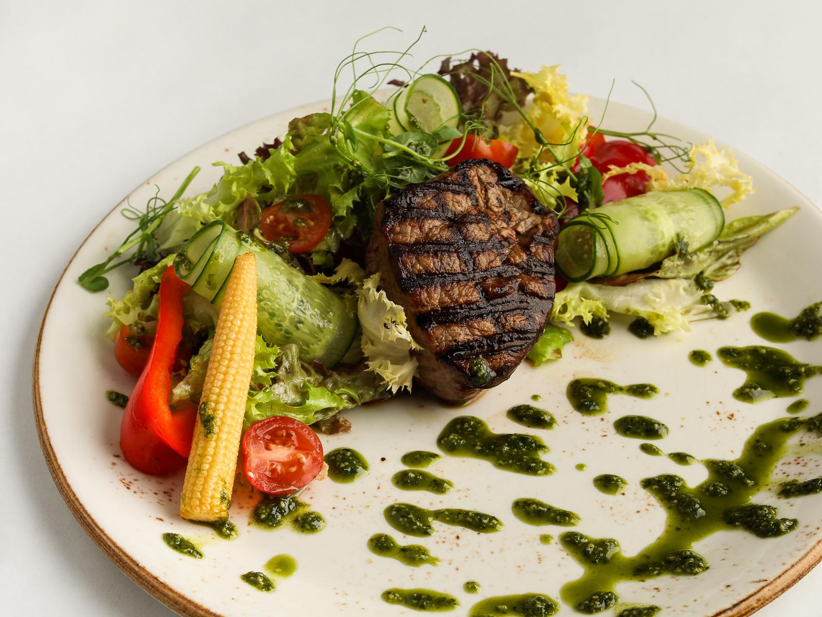 Стейк-салат со свежими овощами