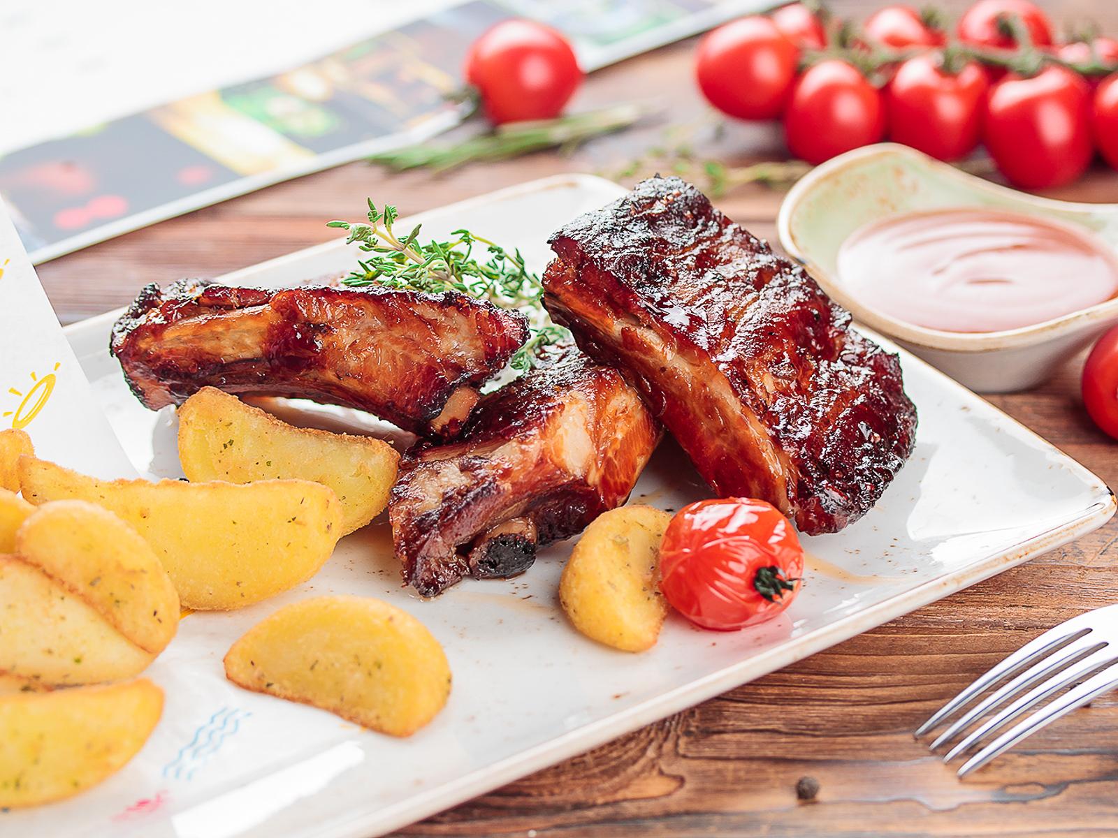 Свиные рёбрышки барбекю с картофелем по-деревенски