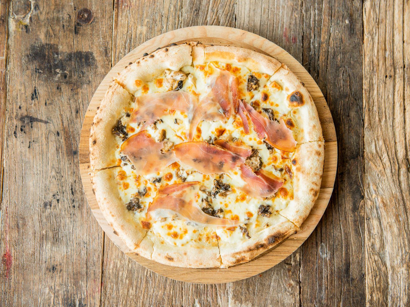 Пицца с белыми грибами и пармской ветчиной