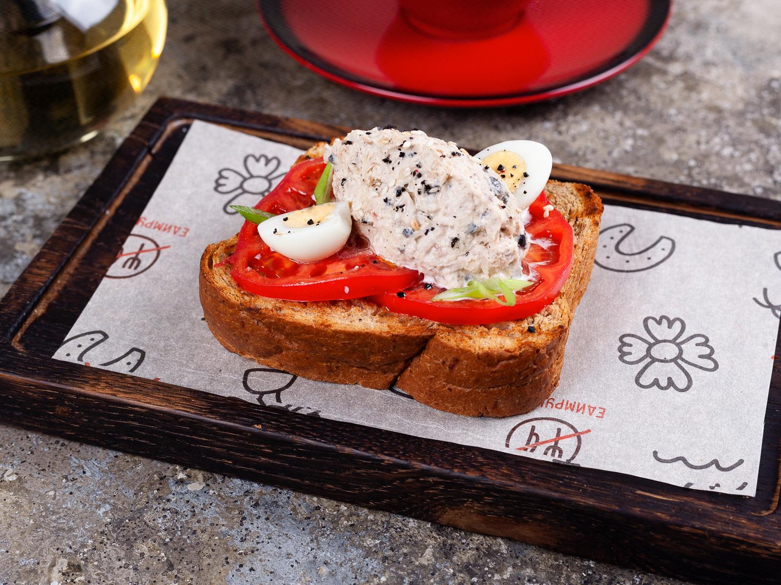 Брускетта с тунцом, томатом и перепелиным яйцом