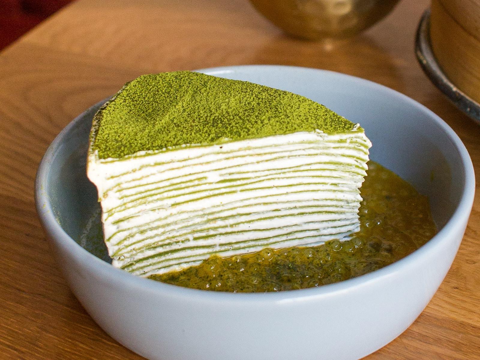 Слоенный матча-торт с икрой из маракуйи