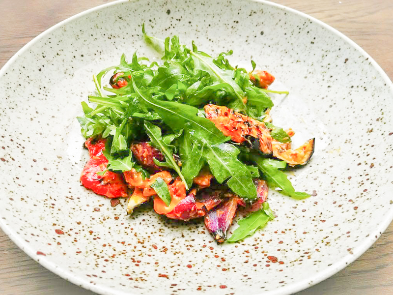 Теплый салат с мясом птицы и овощами гриль