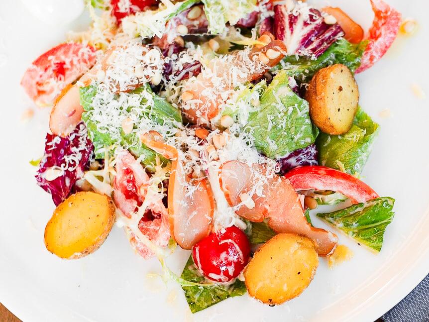 Салат с копчёной курицей, томатами и яйцом пашот