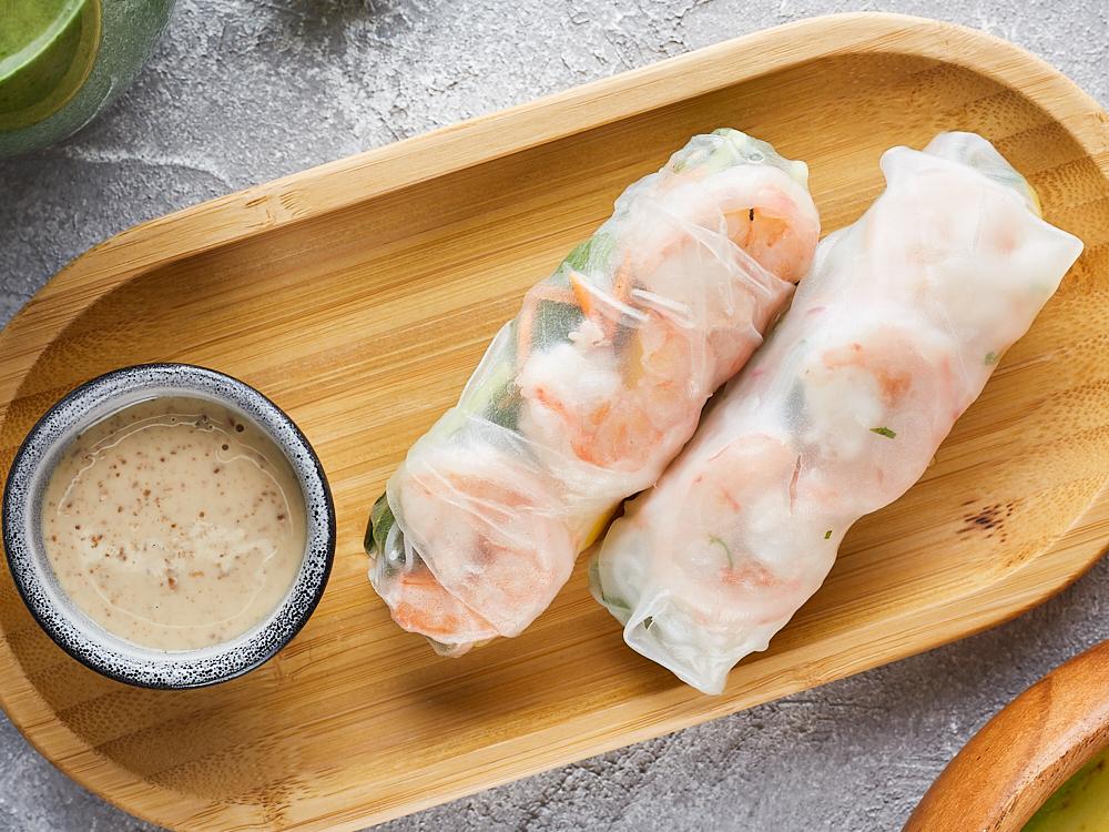Спринг ролл с креветками и орехово-имбирным соусом