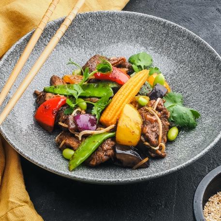 Говядина с овощами и соусом Блэк пеппер