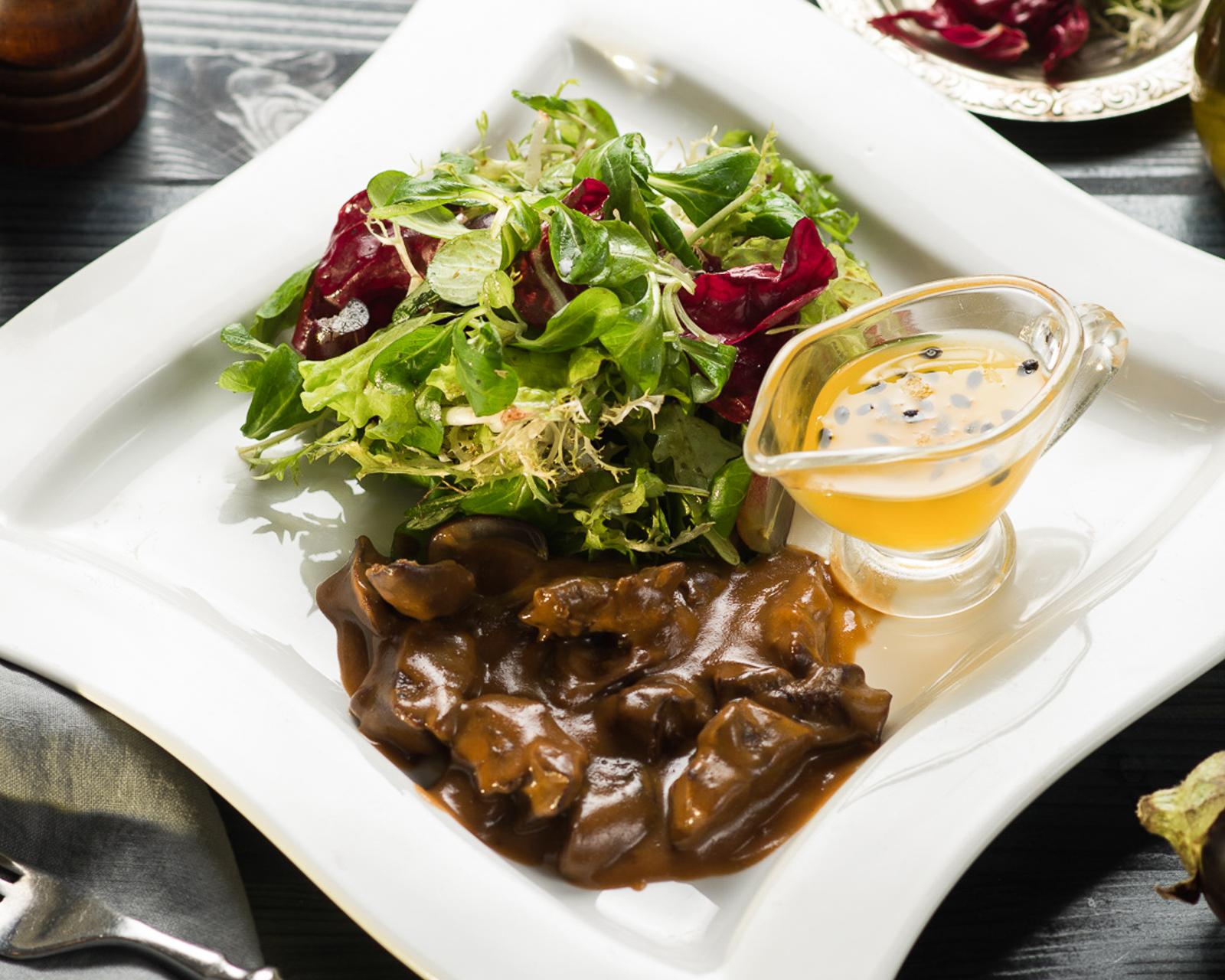 Теплый салат с куриной печенью фламбе