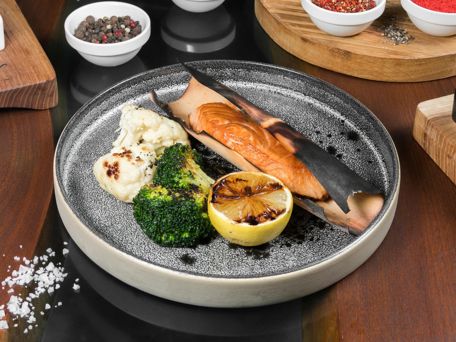 Норвежский лосось в ольховой бумаге с брокколи и печеным лимоном