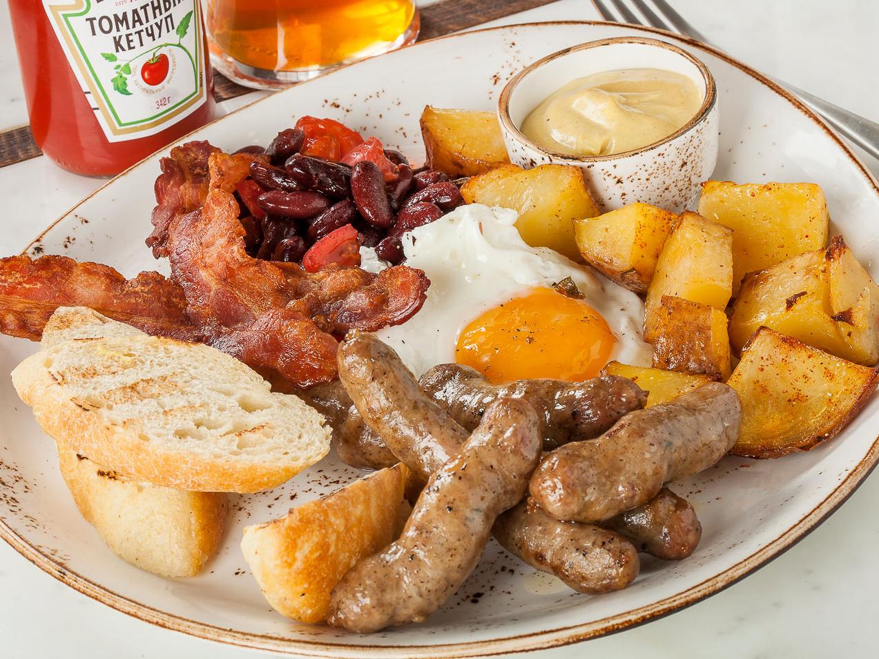 Говяжьи колбаски  с жареным картофелем, беконом и глазуньей