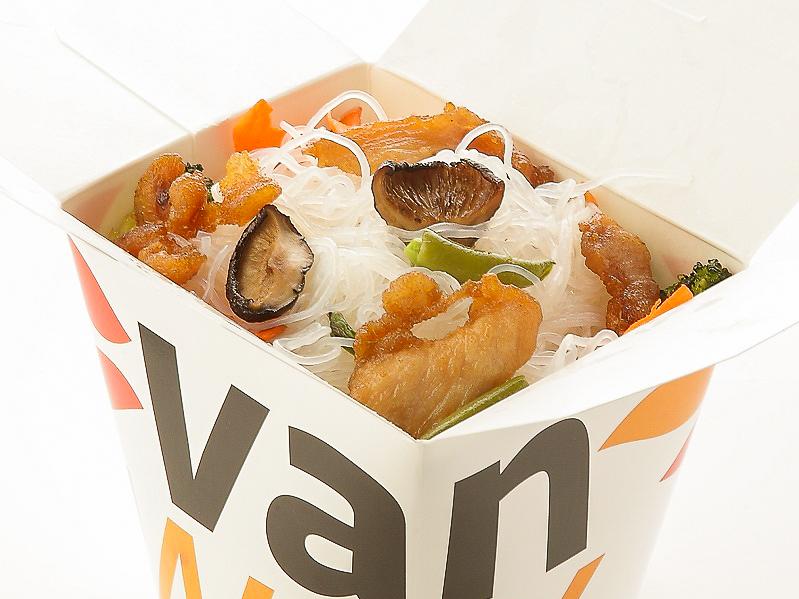 Рисовая лапша с куриной грудкой и шиитаке в соусе Сайгон
