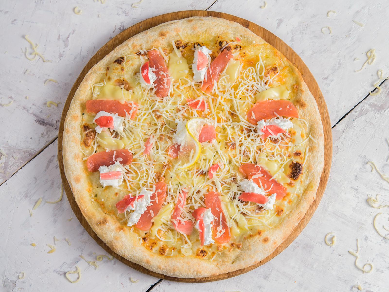 Пицца с лососем и имбирем