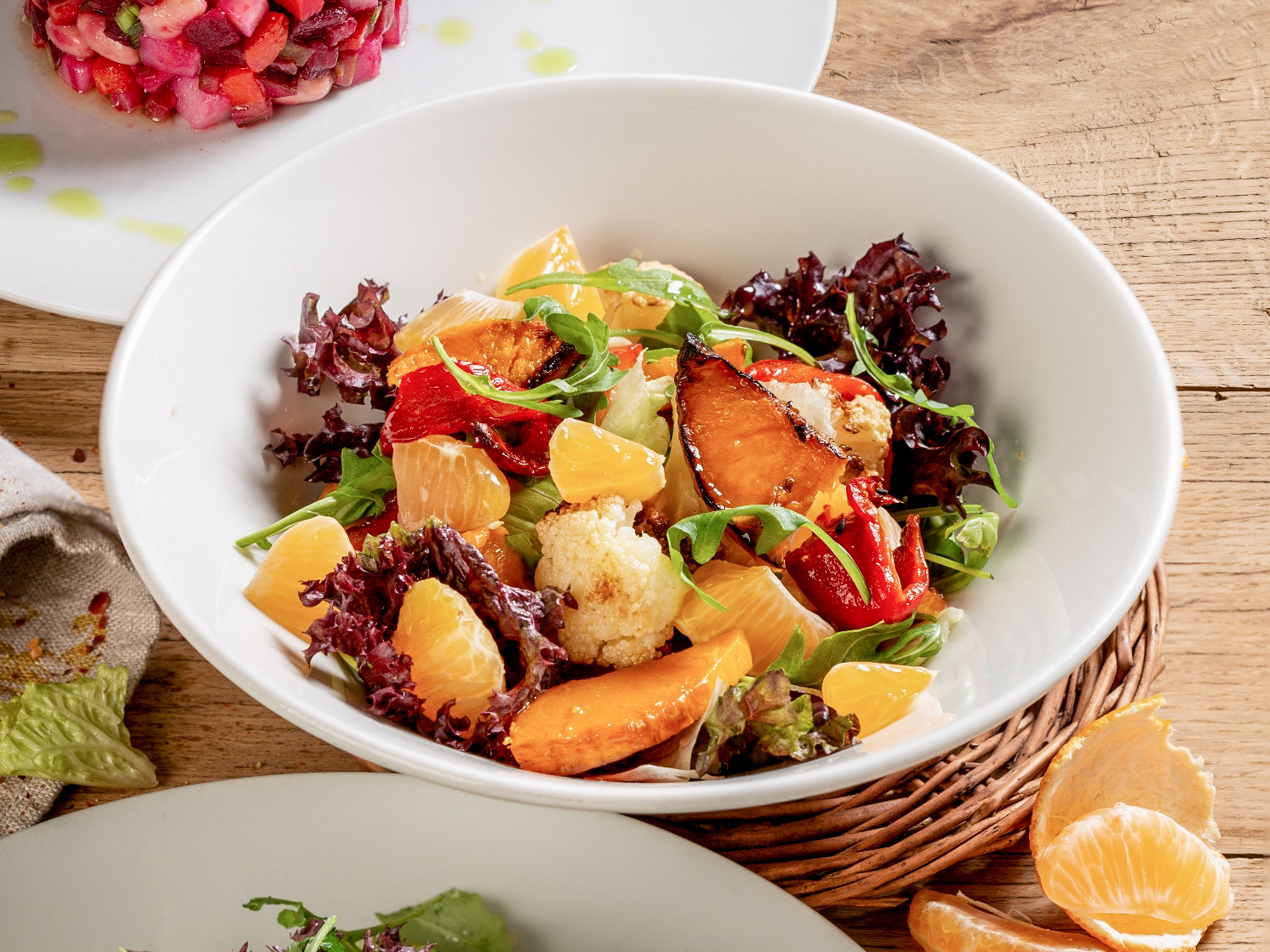 Микс салатов с овощами и апельсинами