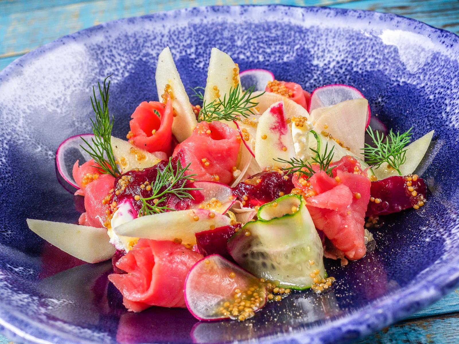 Салат с лососем, киноа и домашним сыром