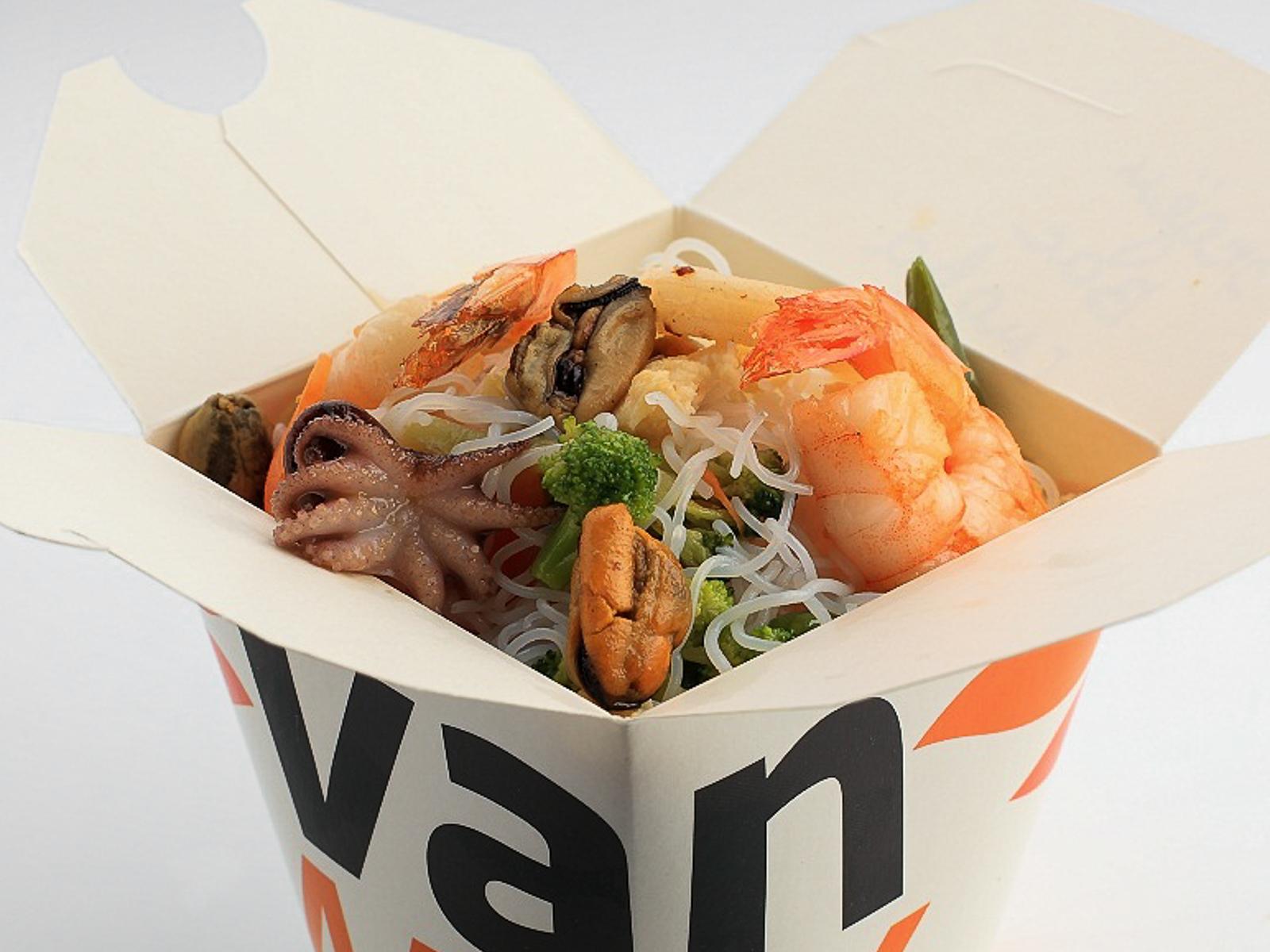 Рисовая лапша вок с морепродуктами в соусе Пекин