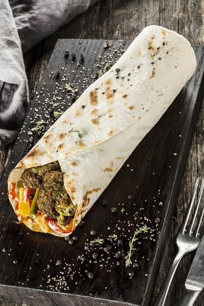 Фалафель с мексиканской сальсой в тортилье гриль